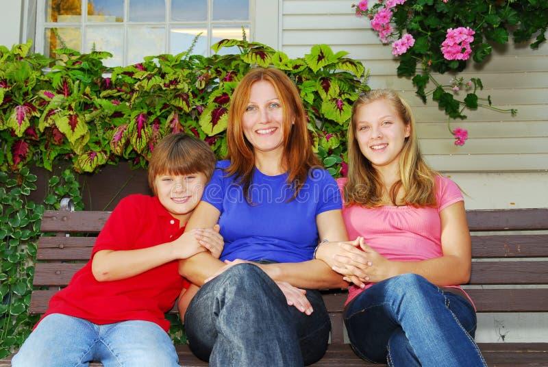 Familie bij een huis stock foto's