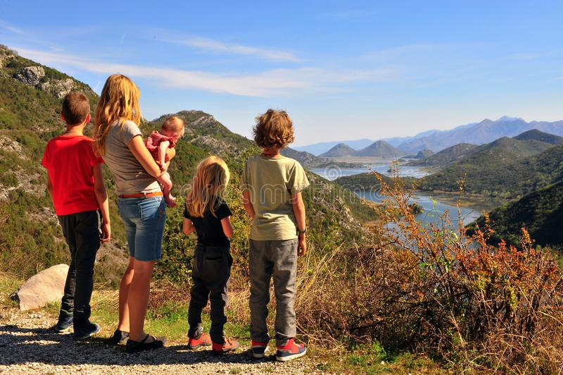 Familie bij gezichtspunt van Rieka Crnojevica, Montenegro royalty-vrije stock fotografie