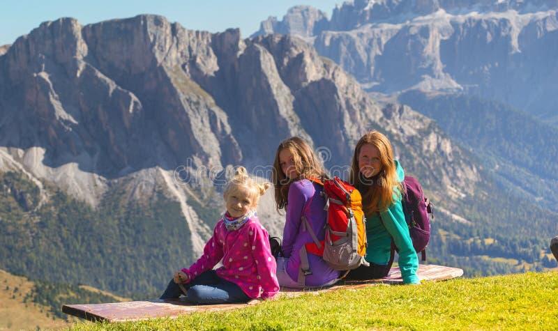 Familie bij het Dolomiet stock foto