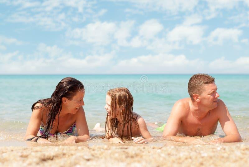 Familie bij het Strand stock foto