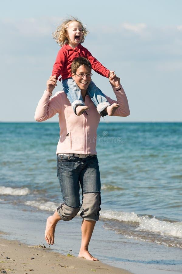 Familie bij het strand stock afbeeldingen