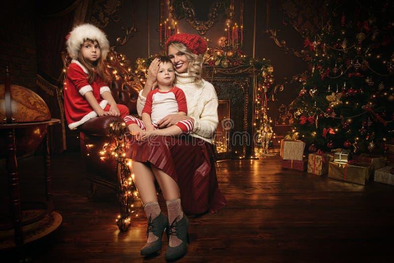 Familie bij Kerstmis royalty-vrije stock foto's