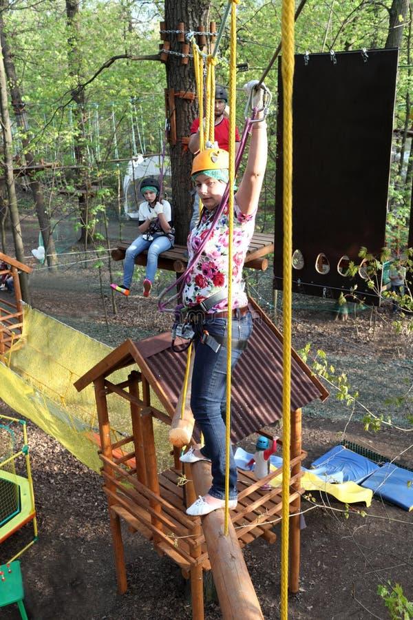Download Familie Bij Luchtavonturenpark Stock Foto - Afbeelding bestaande uit climbing, familie: 54083482