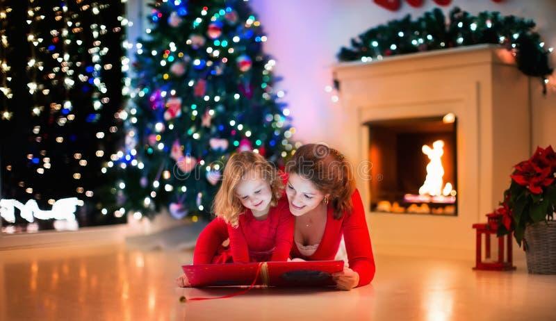 Familie bij open haard op Kerstmisvooravond royalty-vrije stock afbeeldingen