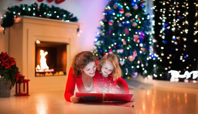 Familie bij open haard op Kerstmisvooravond stock afbeelding