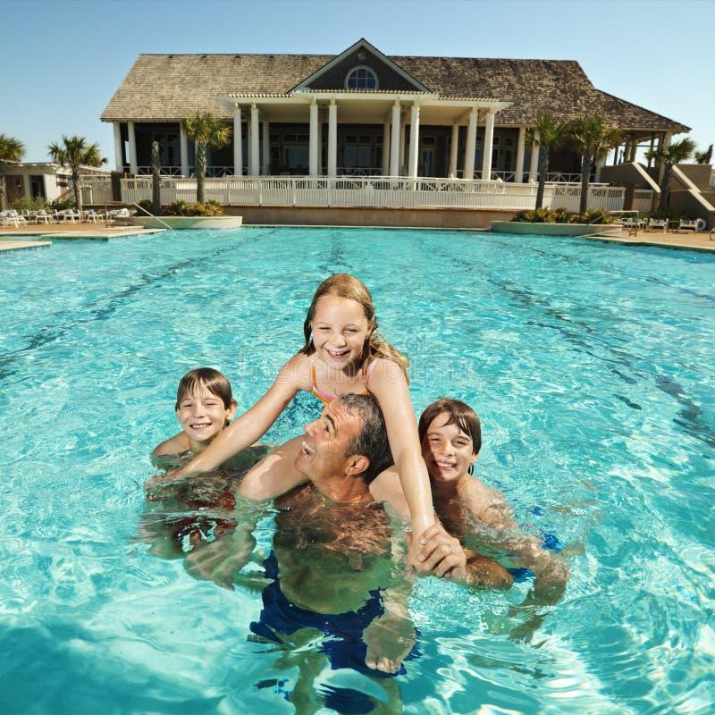 Familie bij pool. royalty-vrije stock foto's