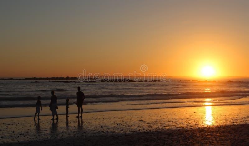 Familie bij zonsondergang royalty-vrije stock foto's