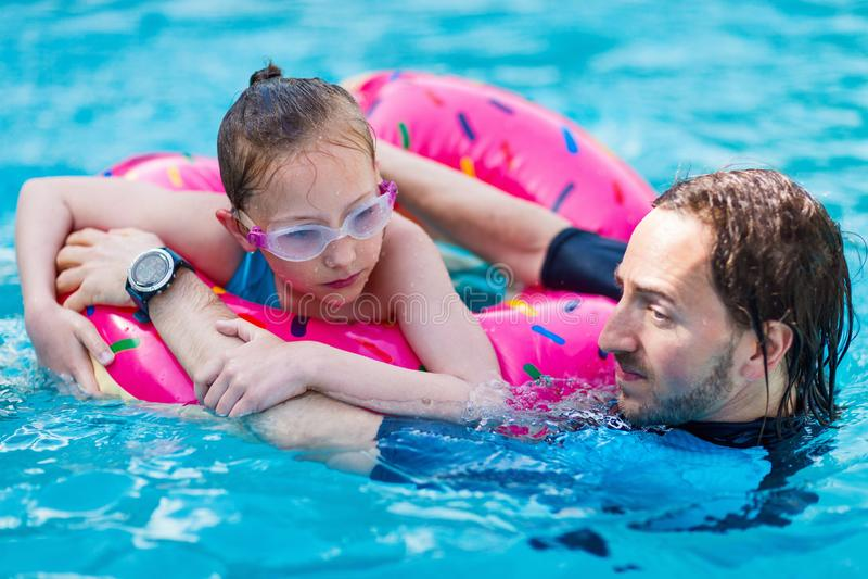 Familie bij zwembad stock afbeeldingen