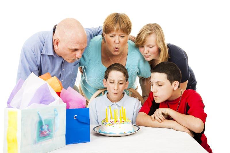 Familie brennt heraus Geburtstag-Kerzen durch stockbild