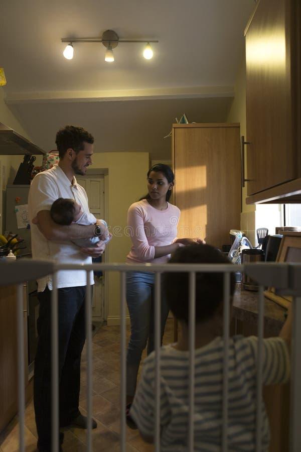 Familie in de keuken stock afbeeldingen