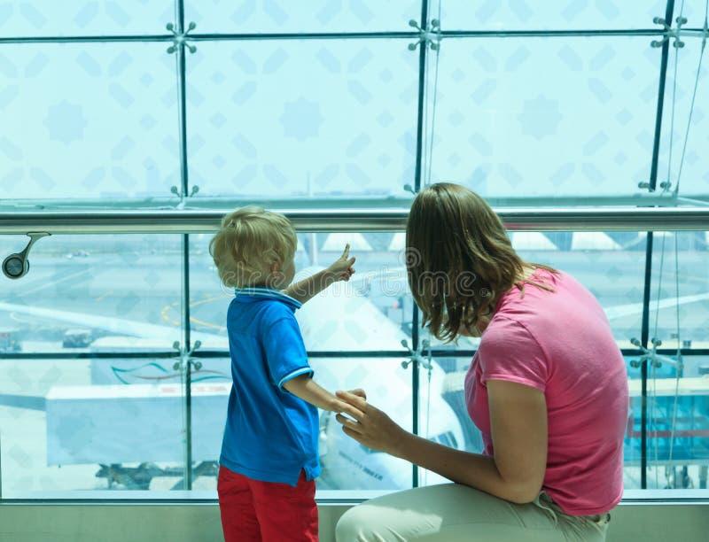 Familie in de luchthaven royalty-vrije stock afbeelding