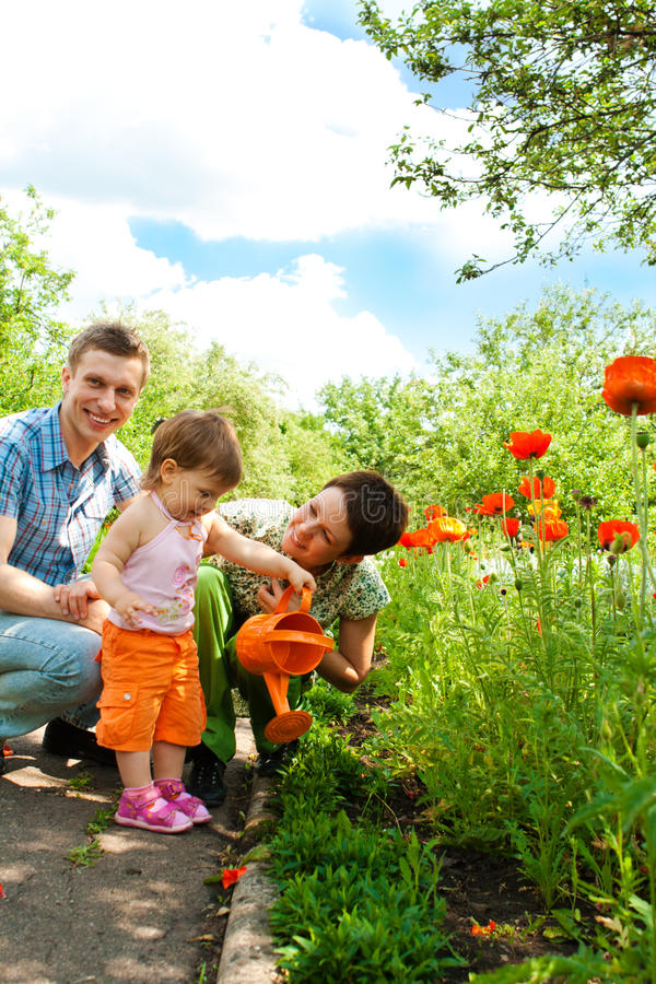 Familie in de tuin stock afbeeldingen