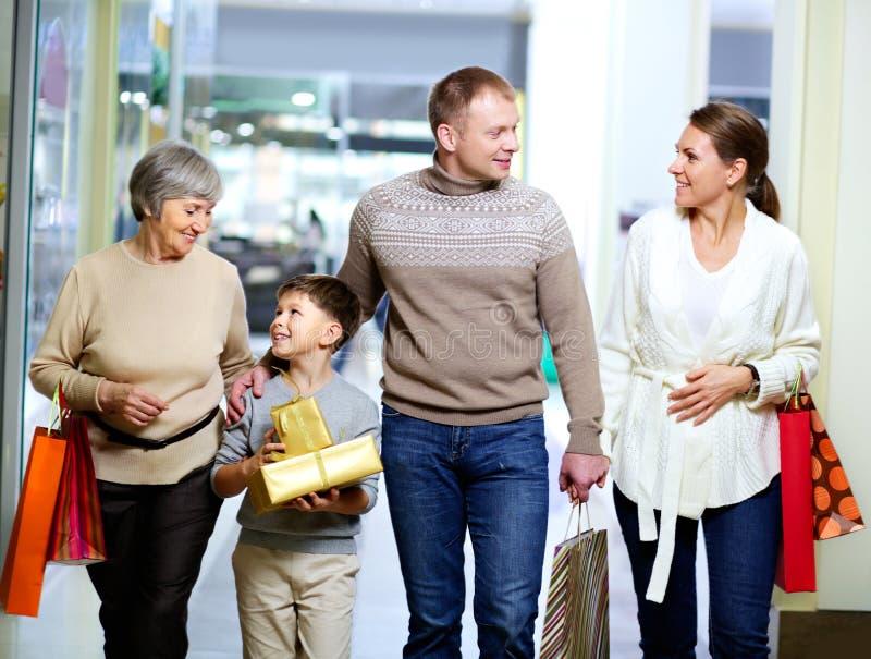 Familie in de wandelgalerij stock foto