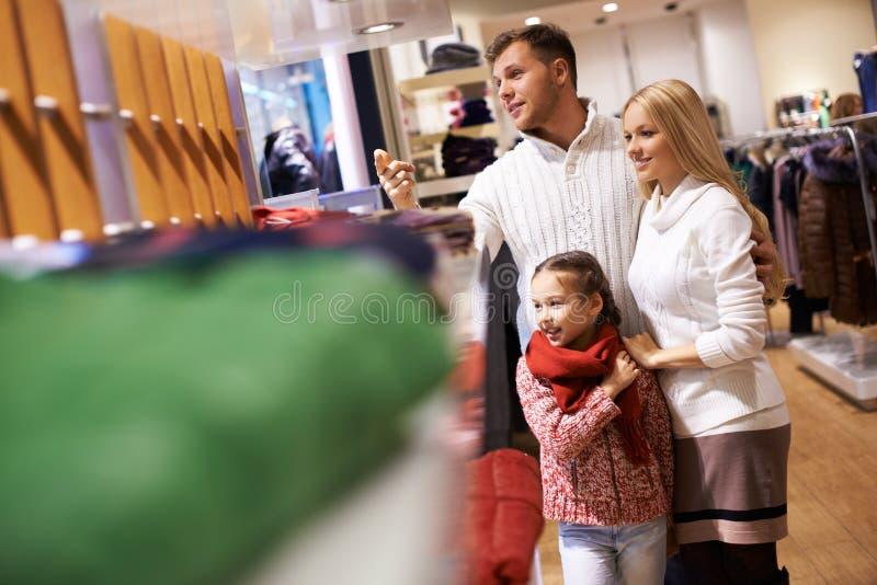 Familie in de wandelgalerij stock afbeelding