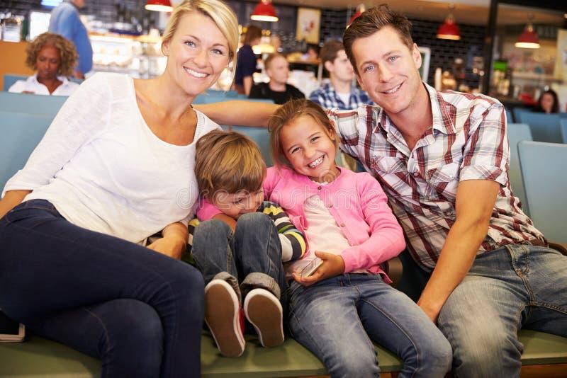 Familie in de Zitkamerwachten van het Luchthavenvertrek om op Vakantie te gaan royalty-vrije stock foto's