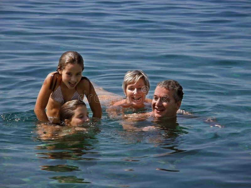 Familie in de zomerpret stock foto