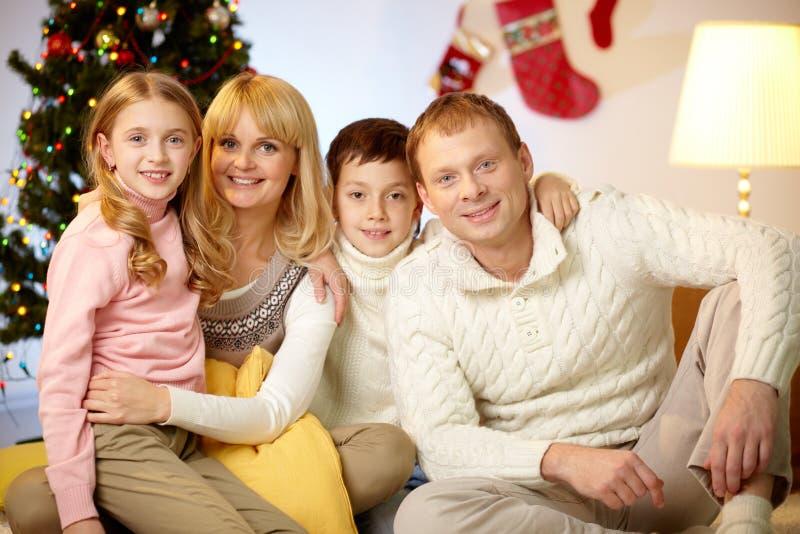 Familie in den Pullovern stockbild