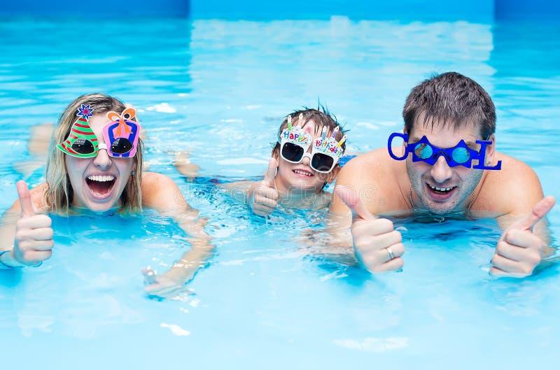 Familie in der Aquamitte stockbilder