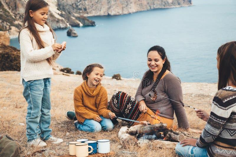 Familie in der Herbstwanderung stockbilder