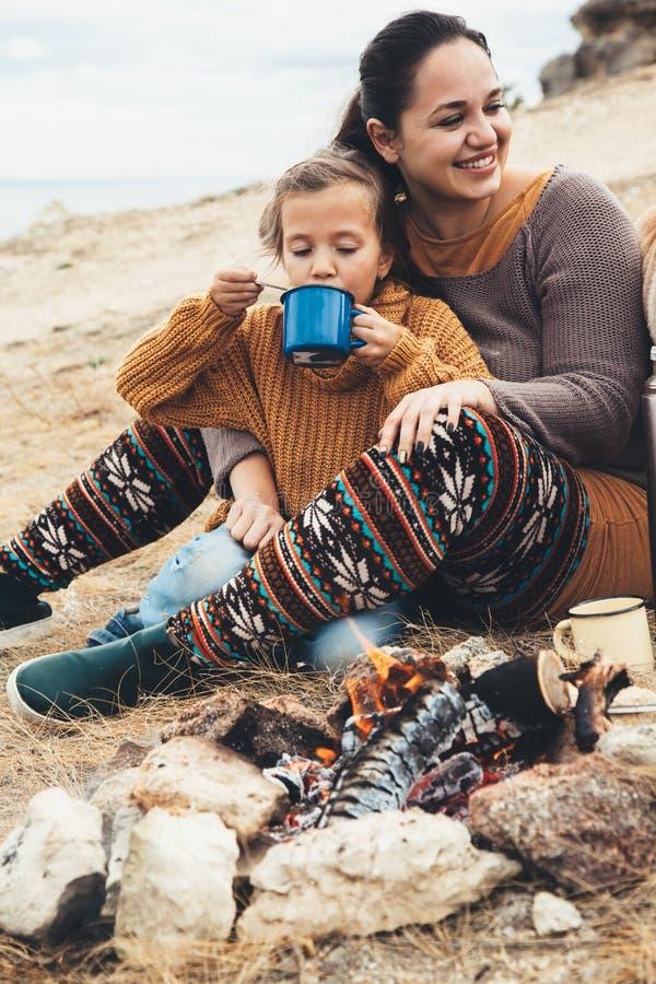 Familie in der Herbstwanderung lizenzfreies stockbild