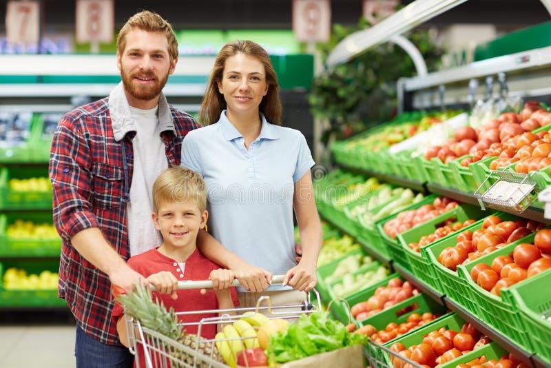 Familie in der Obst- und Gemüse Abteilung stockbild