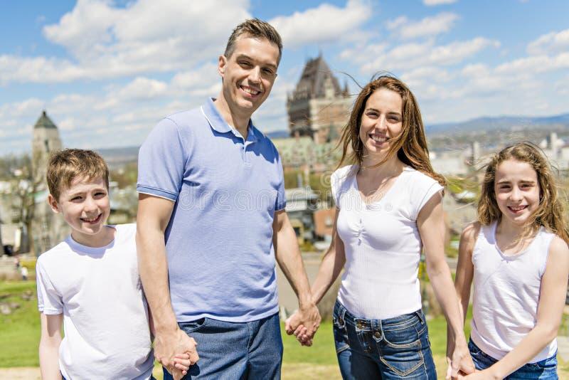 Familie in der Sommersaison vor Chateau frontenac Quebec lizenzfreies stockfoto