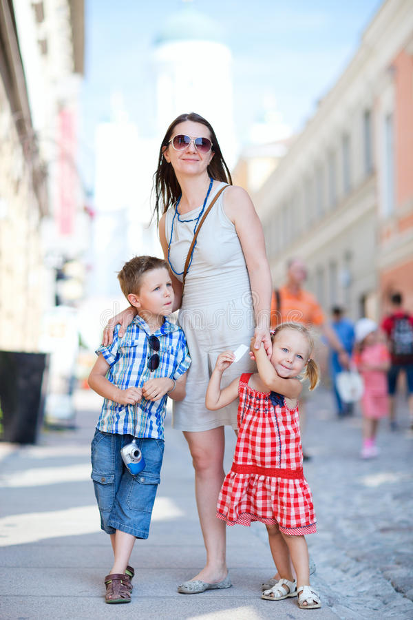 Familie in der Stadt lizenzfreies stockfoto
