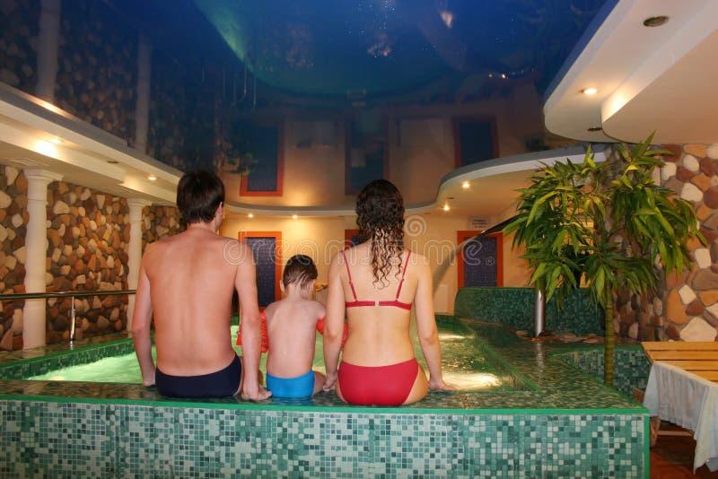 Familie in der Wellneßmitte lizenzfreie stockfotos