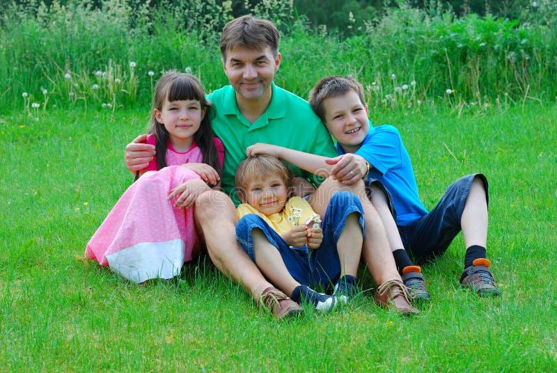 Familie in der Wiese stockfotos