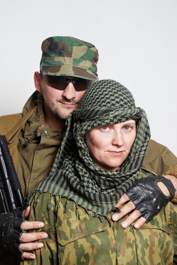Familie des Militärs auf einem hellen Hintergrund stockfotos