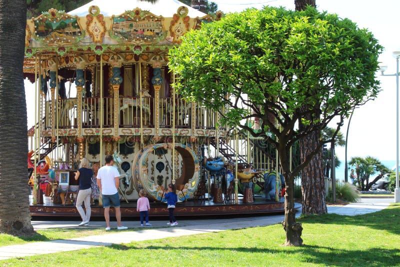 Familie dichtbij Carrousel in Nice, Frankrijk stock fotografie