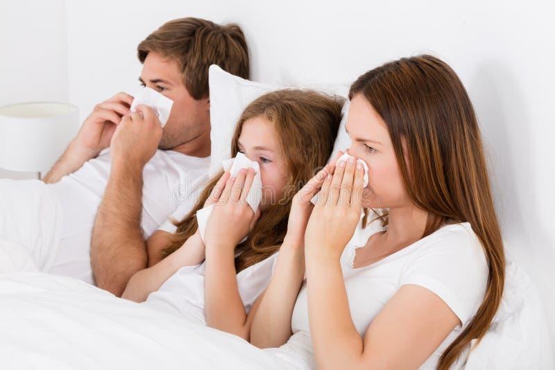 Familie die aan Koude lijden stock afbeelding
