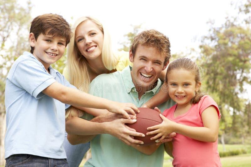 Familie die Amerikaanse Voetbal samen speelt royalty-vrije stock foto's