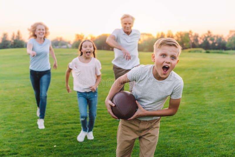 Familie, die amerikanischen Fußball spielt stockfoto