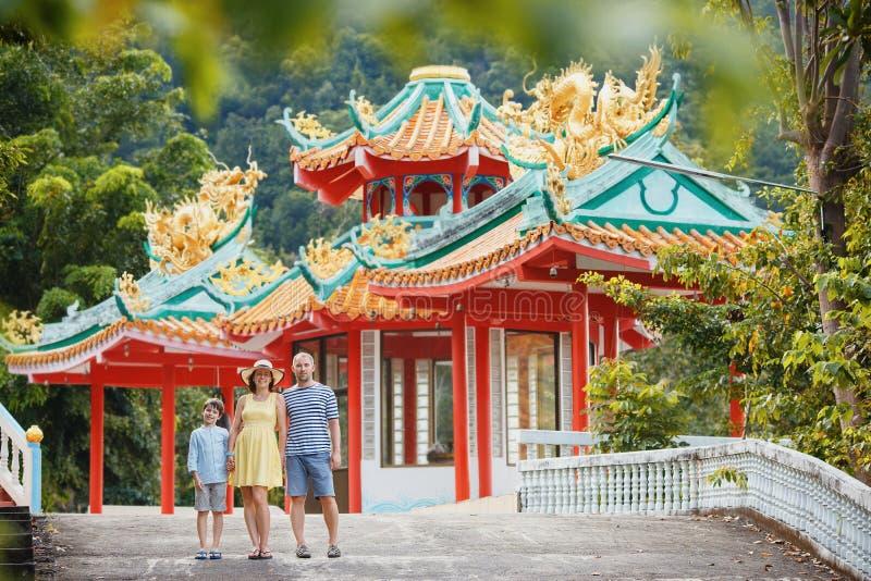 Familie, die Ansichten des schönen chinesischen Tempels auf Koh Phangan-Insel, Thailand genießt stockbild