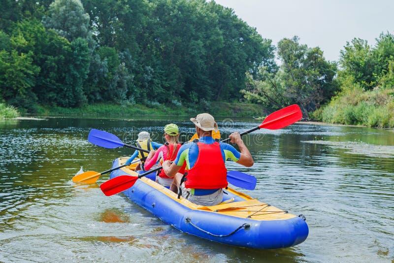 Familie, die auf dem Fluss Kayak fährt lizenzfreies stockfoto
