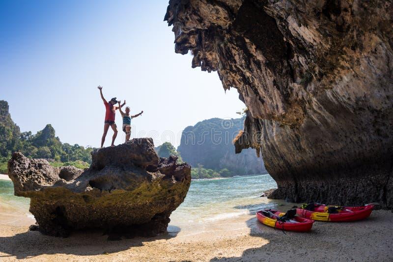Familie, die auf dem Fluss Kayak fährt lizenzfreie stockfotografie