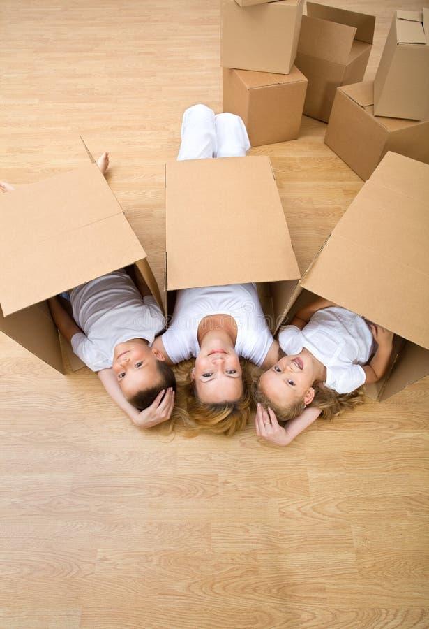 Familie, die auf dem Fußboden stillsteht lizenzfreies stockfoto