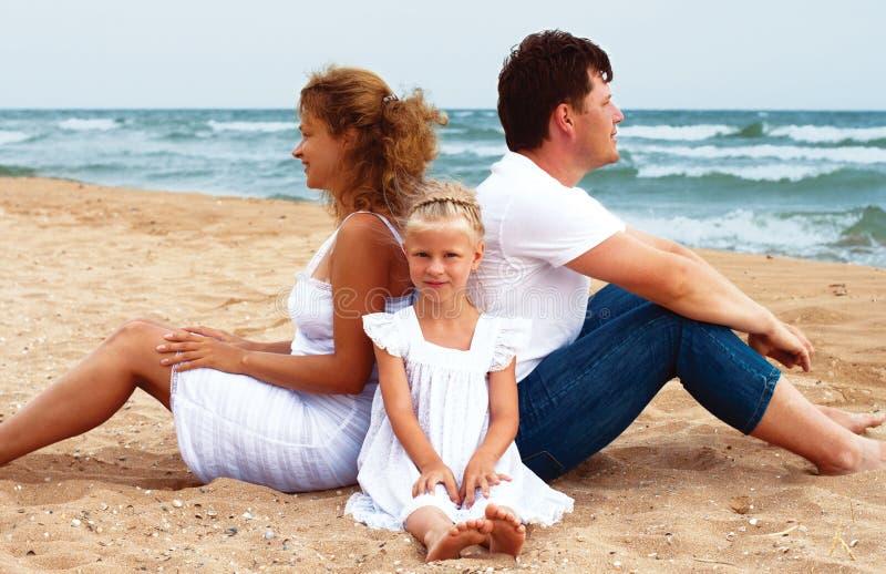 Familie, die auf dem Strand stillsteht lizenzfreie stockbilder
