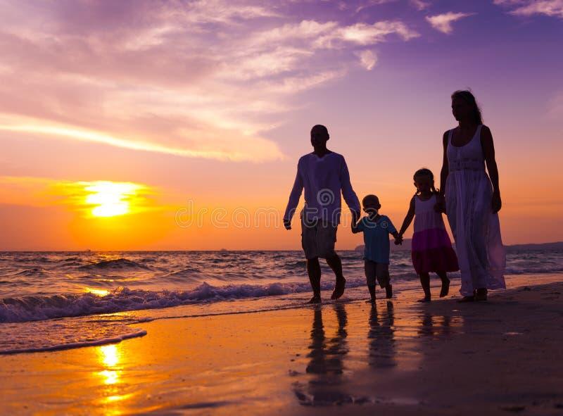 Familie, die auf den Strand geht stockfoto