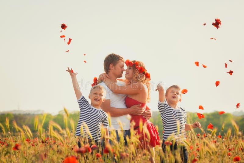 Familie, die auf der Wiese spielt lizenzfreie stockfotografie