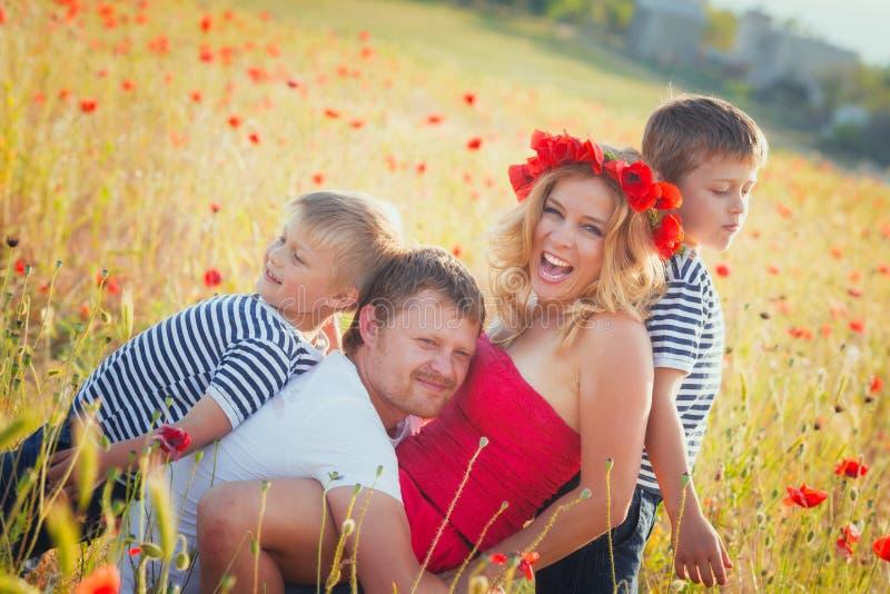 Familie, die auf der Wiese spielt lizenzfreie stockfotos
