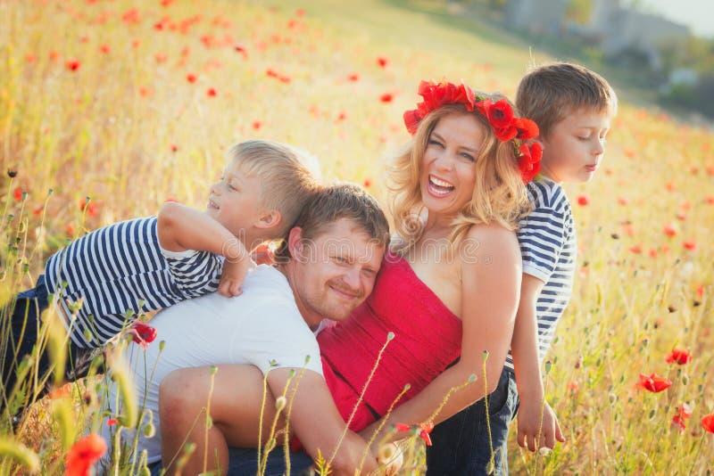 Familie, die auf der Wiese spielt stockfotos