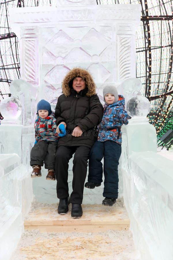 Familie, die auf Eisthron sitzt stockbilder