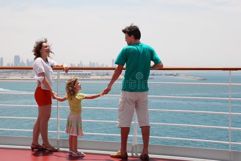 Familie, die auf Reiseflugzwischenlageplattform steht lizenzfreies stockbild