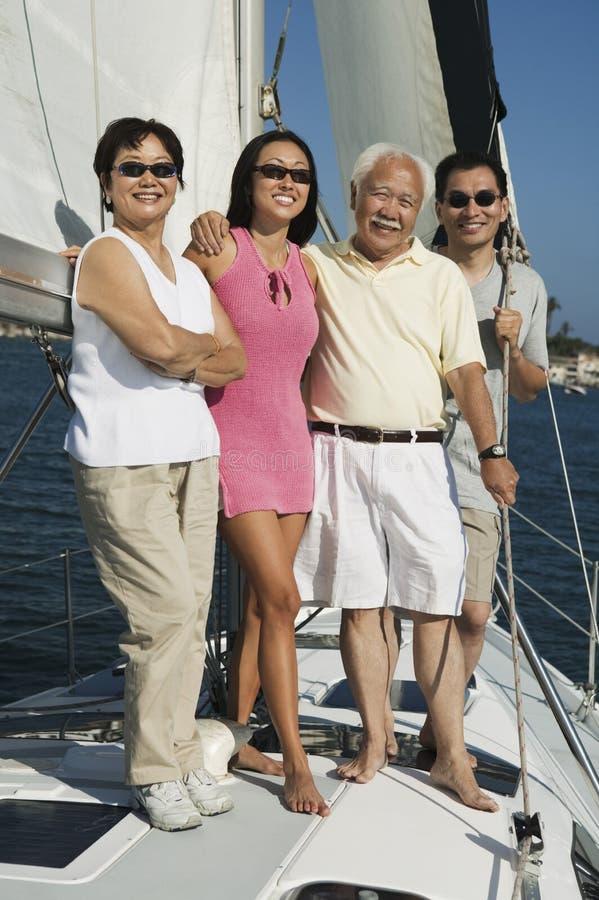 Familie, die auf Segelboot lächelt lizenzfreie stockfotos