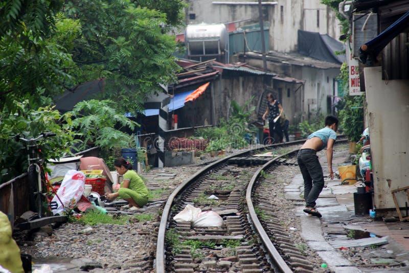 Familie, die auf Straße in Hanoi, Vietnam sitzt lizenzfreie stockfotos