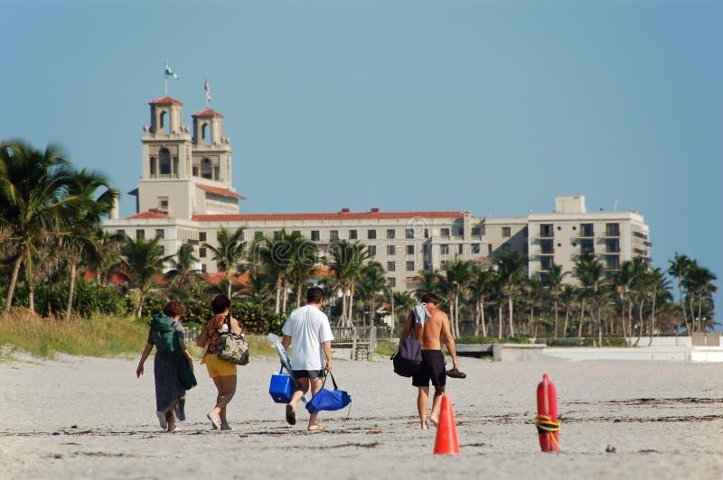 Familie, die auf Strand geht stockfotos