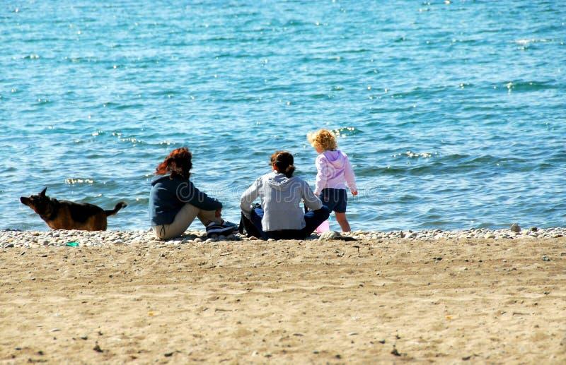Familie, die auf Strand sich entspannt stockbilder