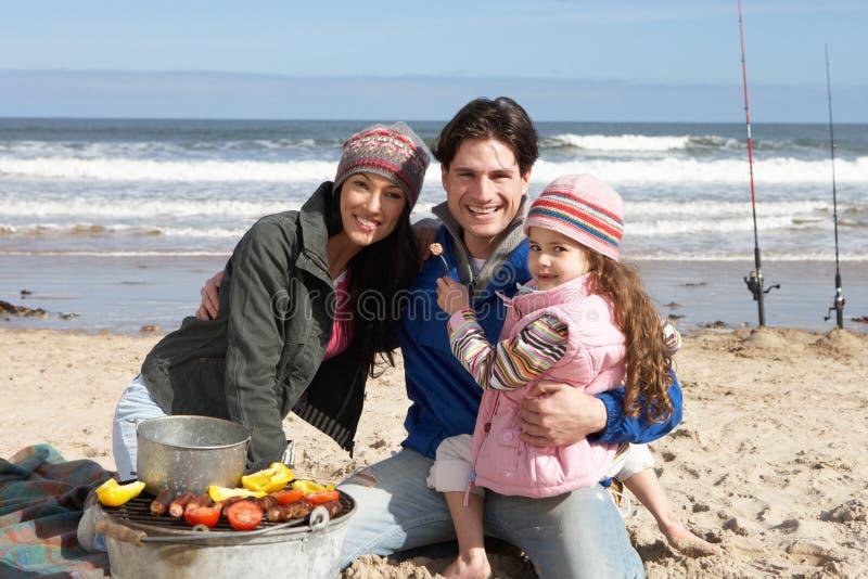 Familie die Barbecue op het Strand van de Winter heeft royalty-vrije stock afbeelding